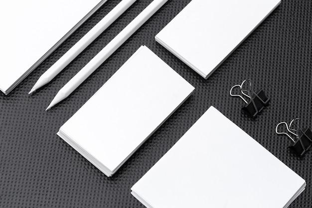 Branding mock up. artigos de papelaria incorporados em branco ajustados no papel preto. Foto Premium