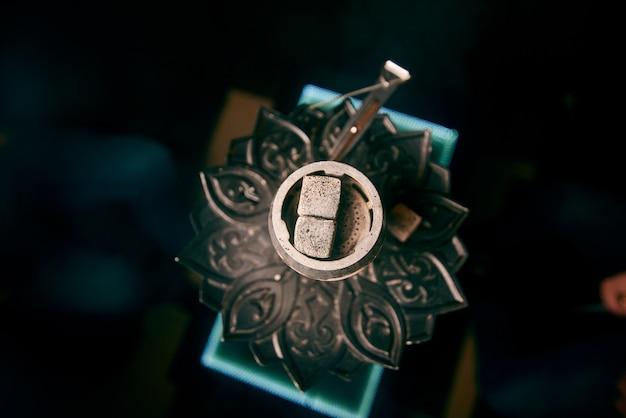 Brasa na tigela de narguilé, vista superior, sobre fundo preto Foto Premium