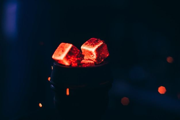 Brasas vermelhas quentes com narguilé na tigela para shisha smoking Foto Premium