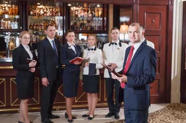 Briefing pessoal no hotel e restaurante. Foto Premium