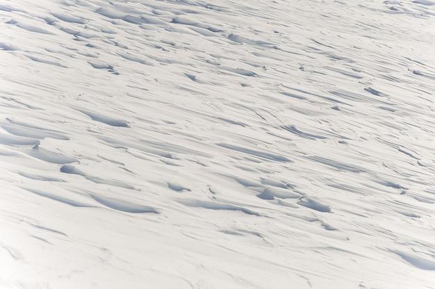 Brilhando cobertor branco de neve na montanha Foto Premium