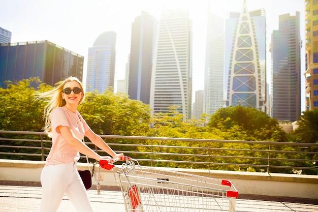 Brilhante, sol, brilhos, sobre, bonito, senhora, ficar, shopping, carruagem Foto gratuita