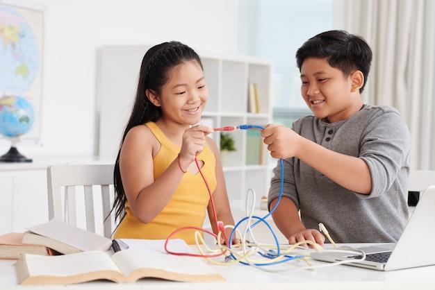 Brincando com conectores à internet Foto gratuita