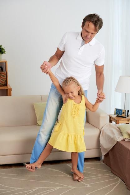 Brincando com o pai Foto gratuita