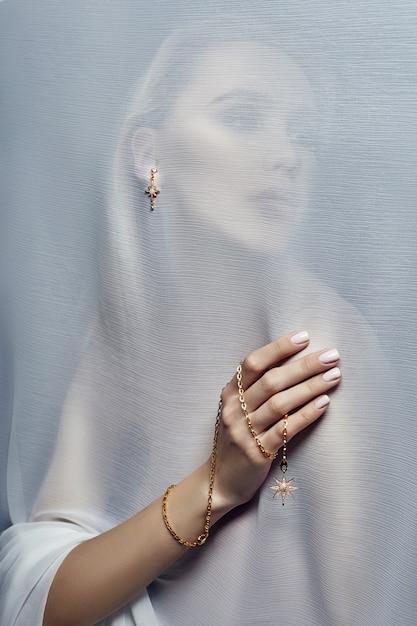 Brincos e jóias em mulher sexy de orelha Foto Premium