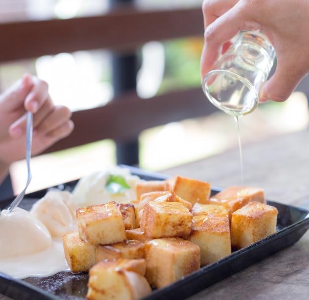 Brinde de mel. pão torrado com manteiga Foto Premium