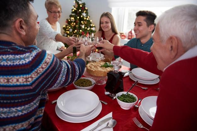 Brinde para o tempo da família no natal Foto gratuita