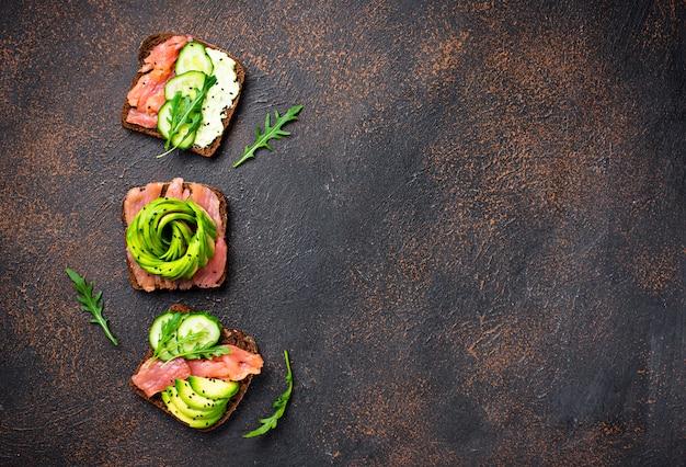 Brindes saudáveis com salmão e abacate rose Foto Premium