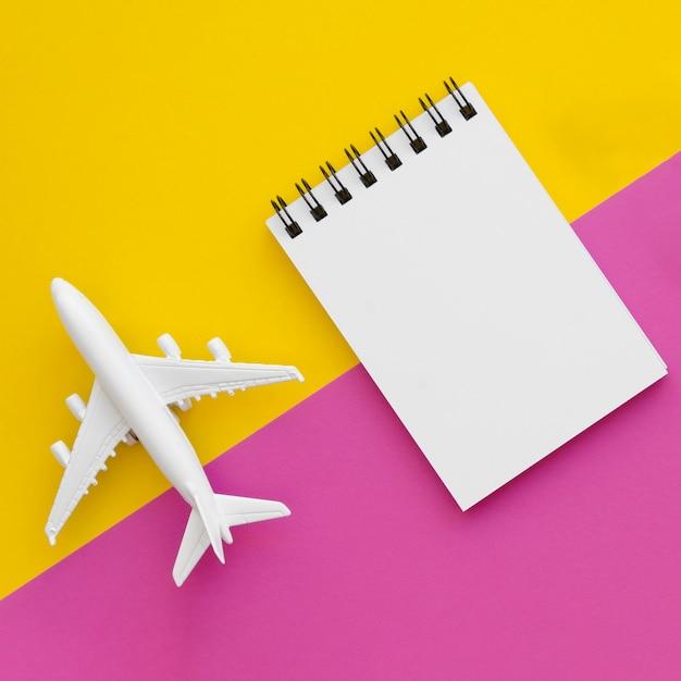 Brinquedo de avião e notebook na tablec Foto gratuita