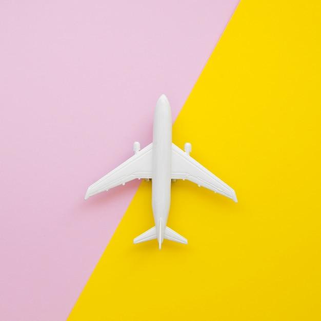 Brinquedo de avião plana leigos na mesa Foto gratuita