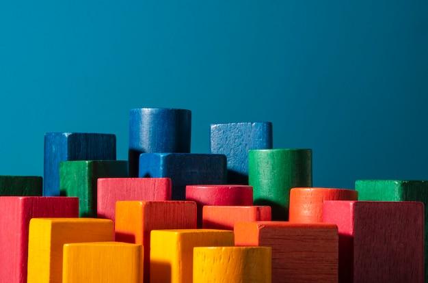 Brinquedo de blocos de madeira coloridos. metáfora do arranha-céu Foto Premium