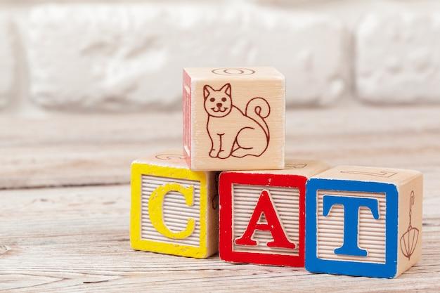 Brinquedo de madeira blocos com o texto: gato Foto Premium
