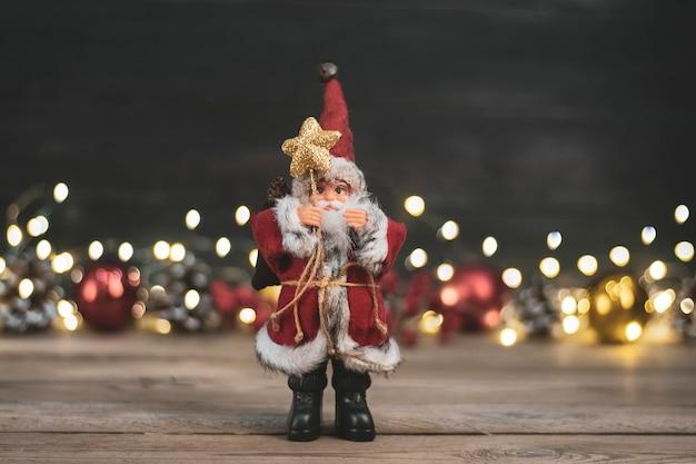 Brinquedo de papai noel mantém funcionários com estrelas, neve, bolas de natal Foto Premium