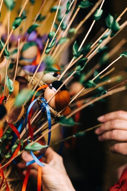 Brinquedo de pássaro no entrudo. pássaros caseiros nos galhos Foto Premium
