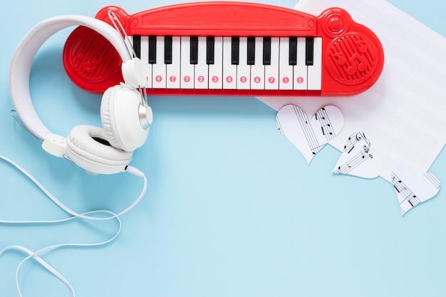 Brinquedo de piano de vista superior com fone de ouvido Foto gratuita