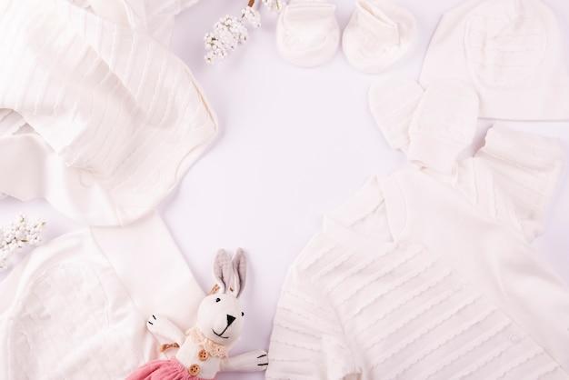 Brinquedo macio e roupas de bebê Foto gratuita