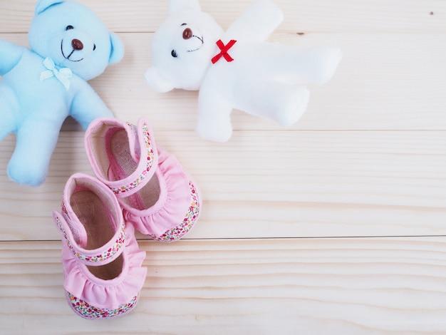 Brinquedo pequeno ursos de pelúcia e sapato infantil Foto Premium