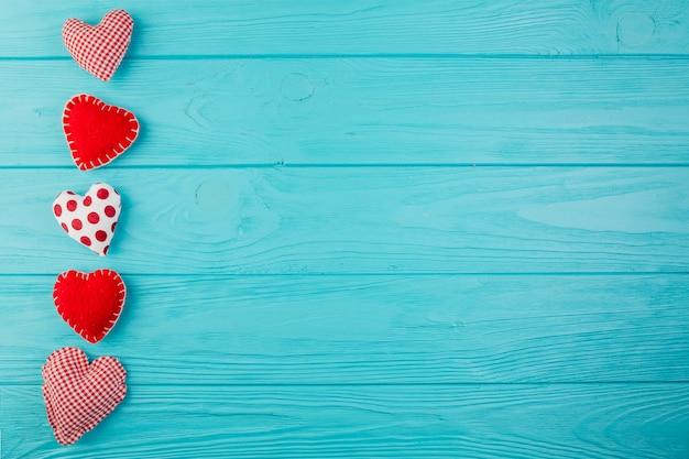 Brinquedos artesanais de forma de coração em madeira turquesa Foto gratuita