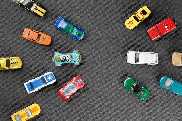 Brinquedos automotivos coloridos. o apartamento estava deitado, em um cinza Foto Premium