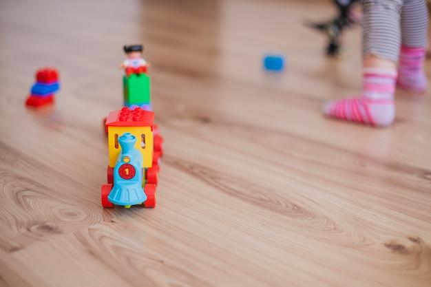 Brinquedos coloridos e crianças anônimas Foto gratuita