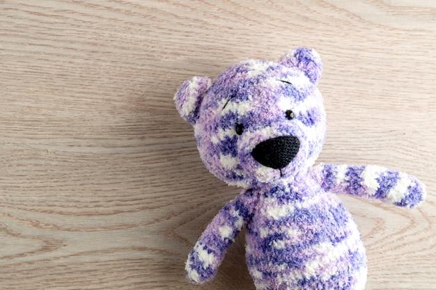 Brinquedos de artesanato para crianças. urso de pelúcia artesanal. mesa de madeira vista superior mock up Foto Premium