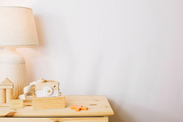 Brinquedos de madeira em viveiro Foto gratuita