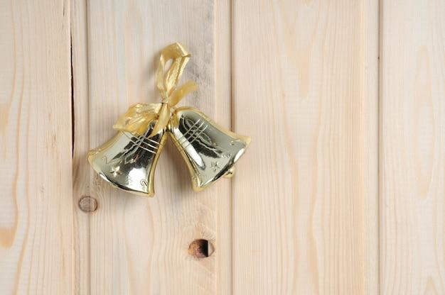 Brinquedos de natal em um fundo de parede de madeira Foto Premium