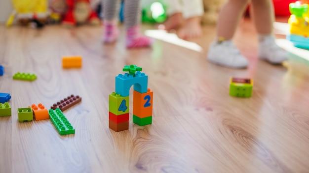 Brinquedos de plástico no chão de madeira Foto gratuita
