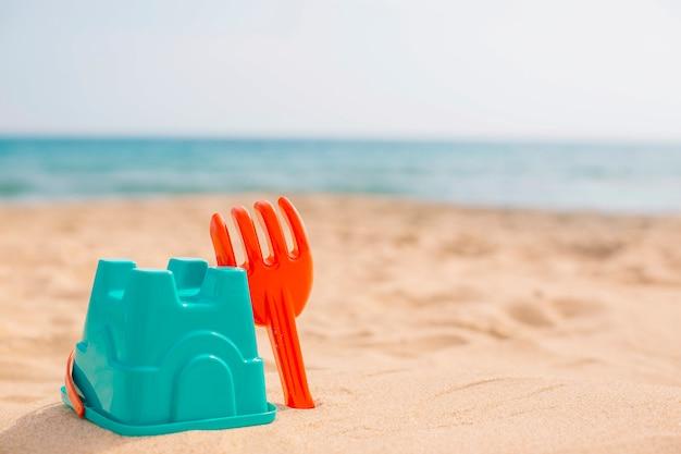 Brinquedos de praia para crianças no verão Foto gratuita