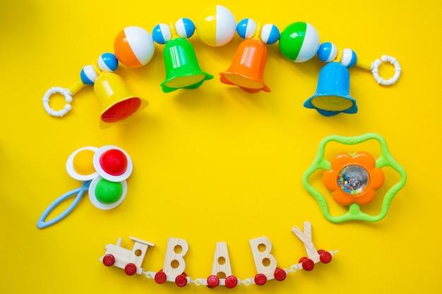 Brinquedos infantis para um bebê recém-nascido. Foto Premium