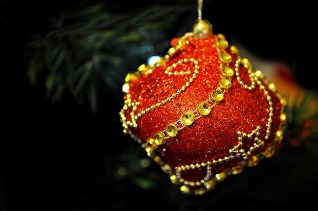 Brinquedos na árvore de natal Foto Premium