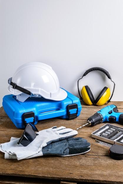 Broca e conjunto de broca, ferramentas, carpinteiro e segurança, equipamento de proteção Foto Premium