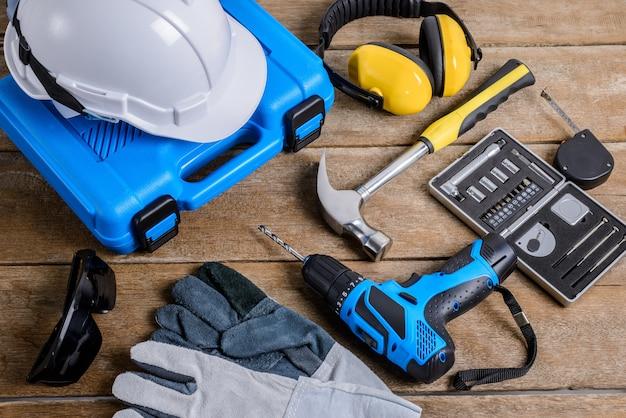 Broca e conjunto de broca, ferramentas, carpinteiro e segurança Foto Premium