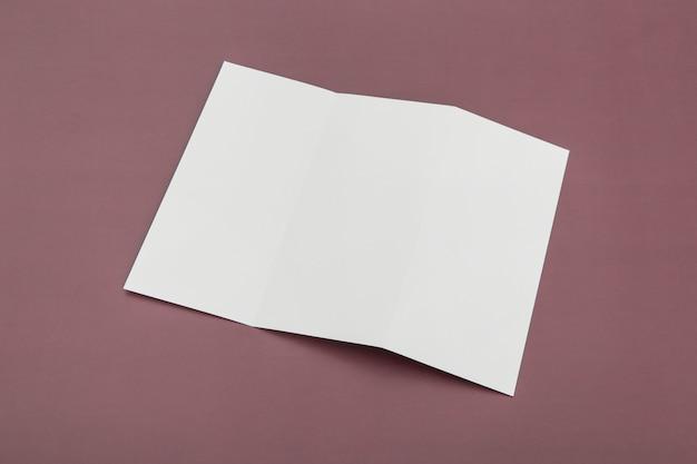 Brochura com três dobras na mesa Foto gratuita