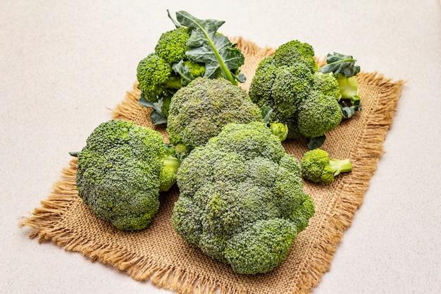 Brócolis cru fresco. fonte de vitaminas e minerais Foto Premium