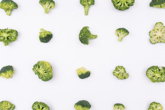 Brócolis padrão dispostas linha por linha na superfície branca Foto gratuita