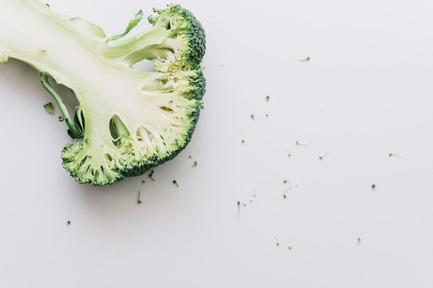 Bróculos cortados ao meio orgânicos frescos isolados no fundo branco Foto gratuita
