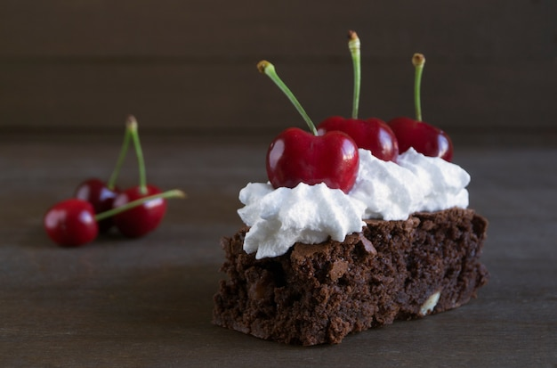 Brownie. bolos de chocolate escuro, assados no forno, cortados. Foto Premium