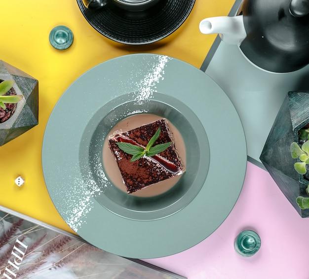 Brownie na vista superior do prato Foto gratuita