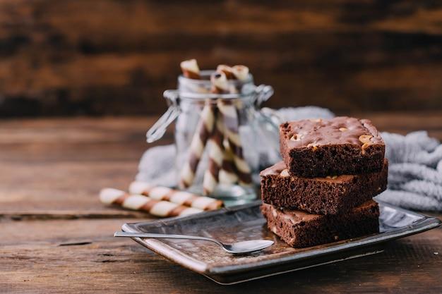Brownie no fundo da mesa de madeira Foto Premium