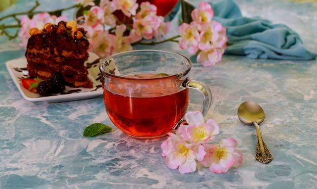 Brownies de chocolate caseiros e xícara de chá no fundo de mármore, foco seletivo Foto Premium