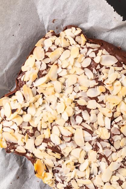 Brownies de fudge orgânico caseiro cozido fresco na pedra ardósia preta com espaço de cópia Foto Premium