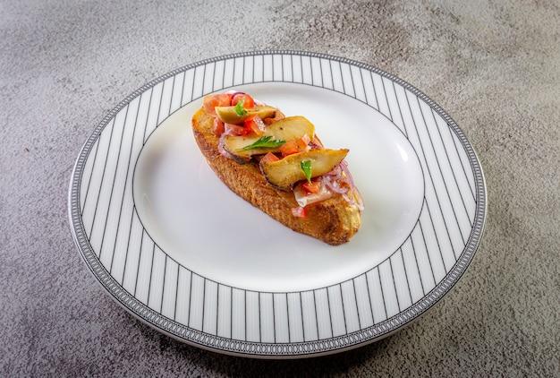 Bruschetta com presunto e tomate Foto Premium