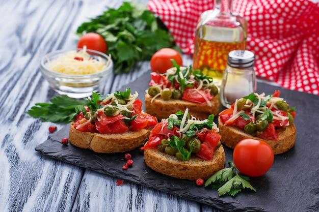 Bruschetta de antipasti italiano tradicional com vegetais Foto Premium