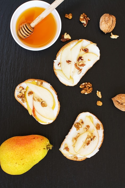 Bruschetta de pêra com cream cheese, nozes e mel Foto Premium