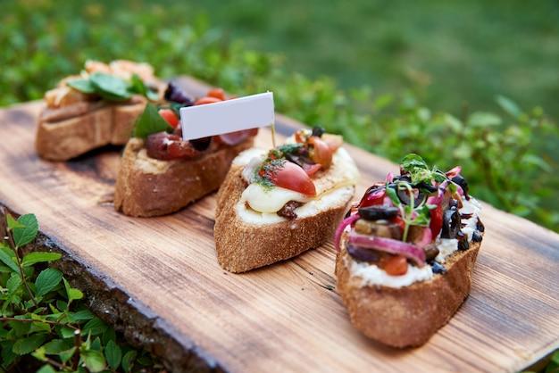 Bruschetta para vinho. variedade de pequenos sanduíches com presunto, Foto Premium