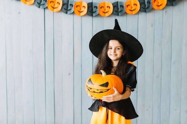 Bruxinha sorrindo na festa de halloween Foto gratuita