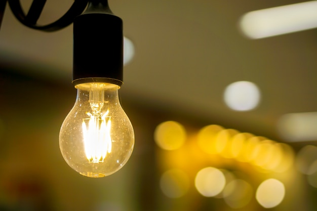 Bubs de luz elétrica closeup e ligar para luzes amarelas Foto Premium