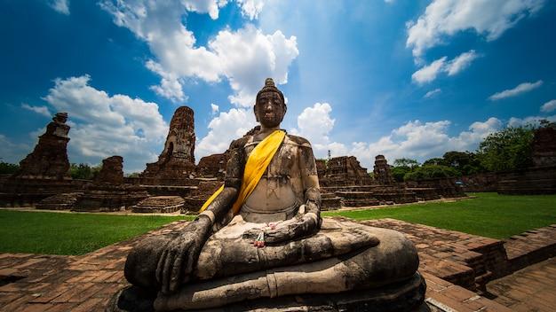 Buda antiga no templo de phra mahathat ayutthaya, marco da tailândia Foto Premium