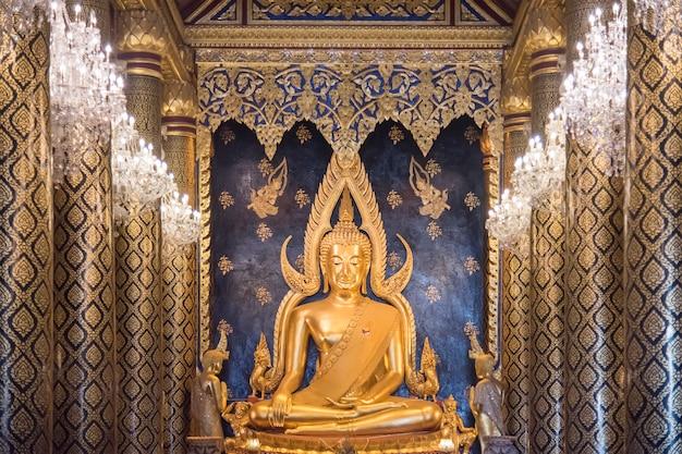 Buda chinarat em wat phra sri mahathat phitsanulok.o templo é famoso por sua estátua de buda coberta de ouro, conhecida como phra phuttha chinnarat, uma das mais belas estátua de buda da tailândia Foto Premium